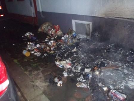 Müllsäcke brennen in Worms. (Bild: Polizei Worms)