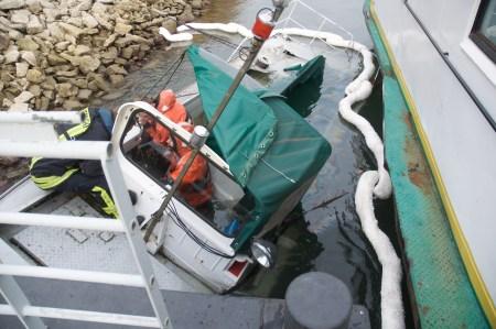 Das untergegangene Arbeitsboot. Die Feuerwehr pumpt den Dieselkraftstoff ab. (Bild: Andreas Lerg)