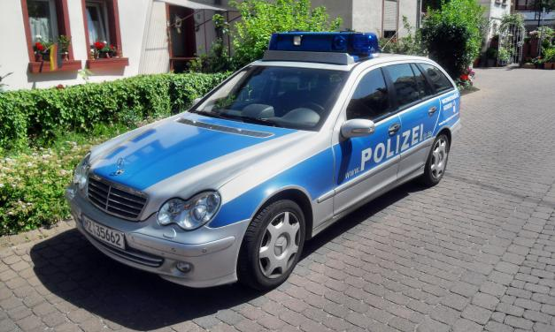 Polizei läuft Streife an gefährlichen Eisflächen