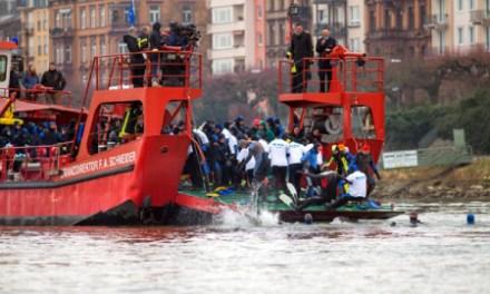 45. Abschwimmen der Feuerwehr Mainz an Silvester