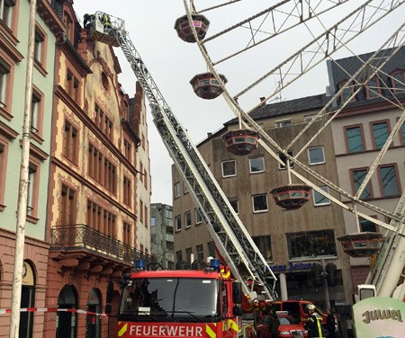 Der Rosenmontagszug aus Sicht der Feuerwehr sowie des Rettungs- und Sanitätsdienstes