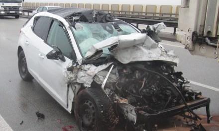 Horror-Unfall auf der A61 – PKW rast unter einen Anhänger