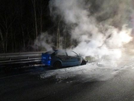 Auf der B9 bei Worms brannte dieses Fahrzug aus. (Bild: Polizei Worms)