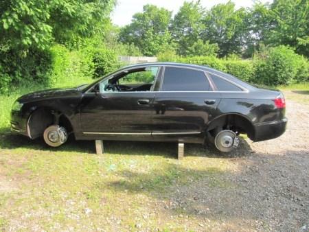 Die Täter haben das Auto beinahe ausgeweidet. (Bild: Polizei Worms)