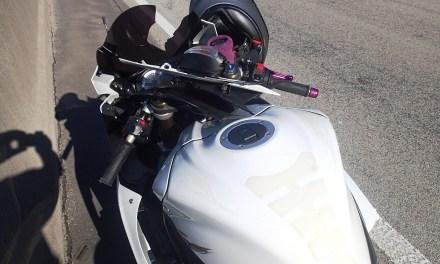 Motorradfahrerin stürzt am Stauende
