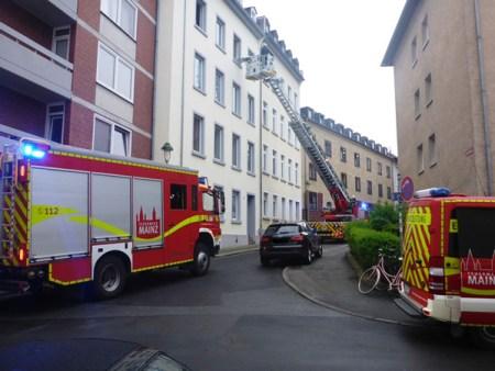 Rettung über eine Drehleiter in der Großen Weißgasse in mainz. (Bild Feuerwehr Mainz)