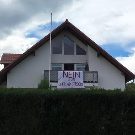 """Protestplakat """"Nein zur Cross Strecke"""" (Bild: Wir lieben unsere Region - Nierstein/Schwabsburg, Dexheim, Köngernheim, Opp)"""