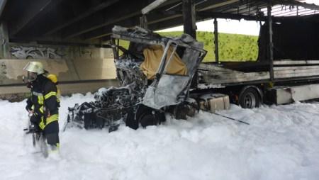Das Führerhaus des Sattelzuges wurde völlig zerstört. Der Fahrer überlebte den Unfall leider nicht. (Bild: Feuerwehr Mainz)