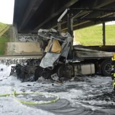 Durch den Brand wurde auch die Brücke über die Autobahn betroffen und muss nun untersucht werden. (Bild: Feuerwehr Mainz)