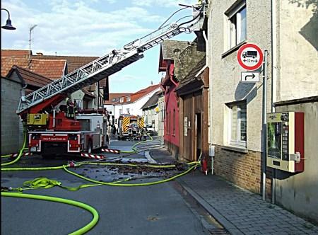 Die Feuerwehr Mommenheim und benachbarte Wehren bei der Brandbekämpfung am 6. August. (Bild FW Mommenheim)