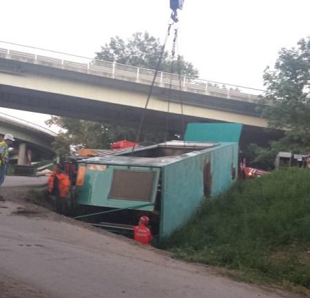 Der umgestürzte Anhänger. (Bild: Feuerwehr Mainz)