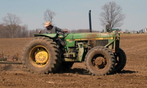 """Fahrerflucht eines """"großen grünen"""" Traktors"""