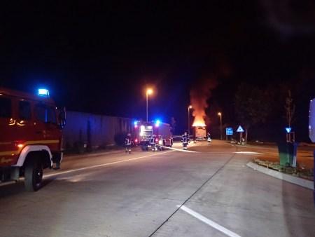 Brand von einem Gefahrgutauflieger. (Bild: Polizei Wörrstadt)