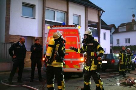 Die Feuerwehr rückte unter Atemschutz gegen den Brand vor. (Bild: Feuerwehr Mainz)