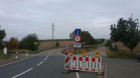 Keine Durchfahrt. Dieses Schild am Ortsausgang Friesenheim weist auf die Baustelle hin. (Bild: Volker Wildberg)