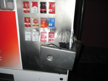 Der Zigarettenautomat hielt den Bemühungen der Täter stand. (Symbolbild: Polizei Worms)