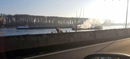 Auf dem Rhein kurz vor Nierstein brennt ein Schiff.