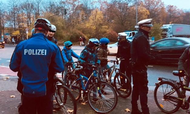 Kinder mit nicht oder schleht beleuchteten Fahrrädern auf dem Schulweg