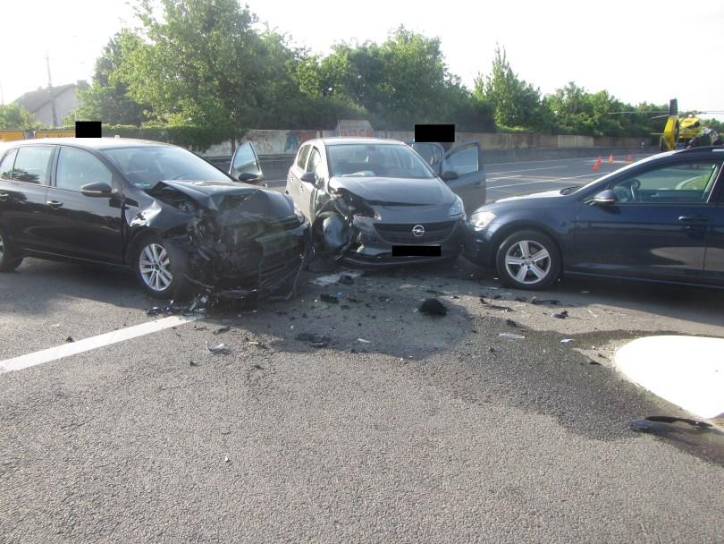 Die drei beschädigten Fahrzeuge an der Unfallstelle Guntersblum B9/K53. (Foto: Polizei Oppenheim)