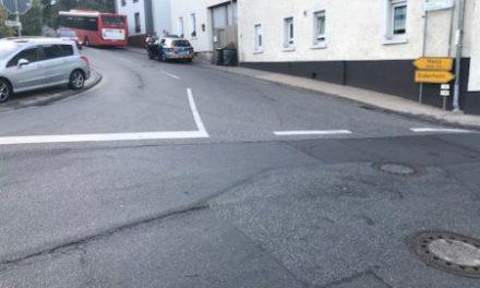 Zusammenstoß von Bus und LKW – Zeugen gesucht