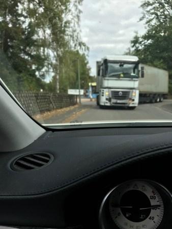 Der LKW, dessen Fahrer Fahrerflucht beging, fotografiert von einem Zeugen. (Foto: Polizei Ingelheim)
