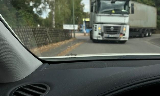 LKW-Fahrer haut ab, nachdem er Straßenlampe ramponiert hat