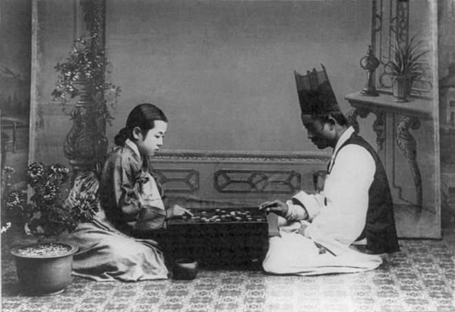 An historical image from Korea in the early 1900s of a man and a woman playing Go. Photo: Library of Congress