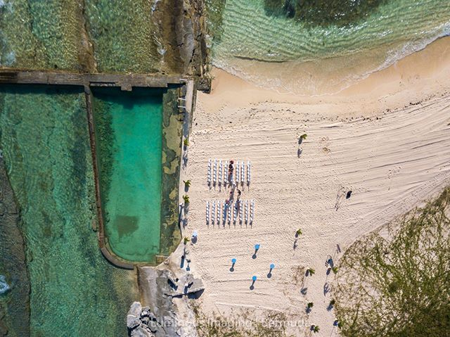A unique wedding ceremony on the beach at Ariel Sands. Wedding season in Bermuda is just around the corner. Check out @bermuda.bride if you're interested in a destination wedding in Bermuda this or any coming year.
