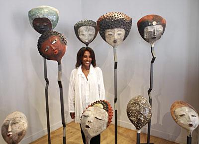 La autora junto a una de sus obras de gran formato. Fuente: Galèrie Ancienne Post