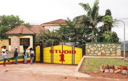 Puerta de una sucursal del mítico 'Studio 1'  que Rita Marley y Christopher Blackwell fundaron en Ghana, y que fue quemada. Dicha delegación de los estudios jamaicanos había sido previamente denunciada y criticada por no cumplir con la legalidad y por usurpación de la marca 'Studio 1'. Fuente: Meg Majors/Reggaeville