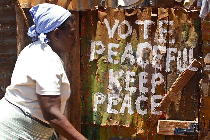 Un mensaje pintado por el artista Ashif 'Maasai Mbili' en las calles de Kibera. Fotografía: Dai Kurokawa/EPA