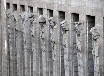 9 etnias representadas en la fachada lateral. Fuente: Wikipedia
