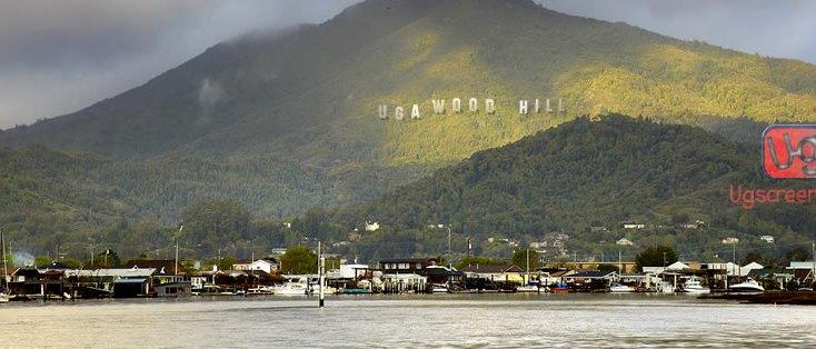 El cartel Ugawood Hill preside una delas siete colinas ugandesas.