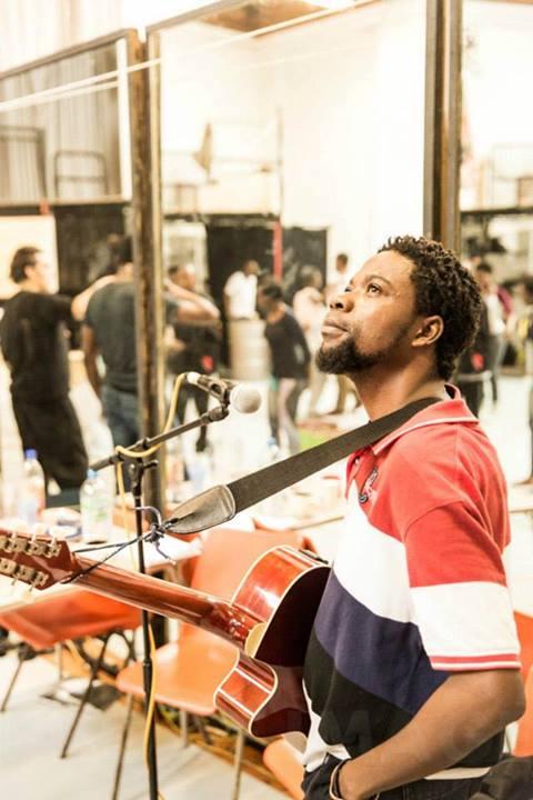 El músico congoleño Kaspy N'Dia en uno de los ensayos. Foto: Johan Persson/Young Vic Theatre.