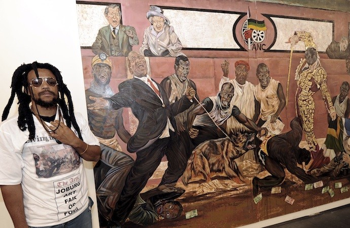 Ayanda Mabulu posa con su obra