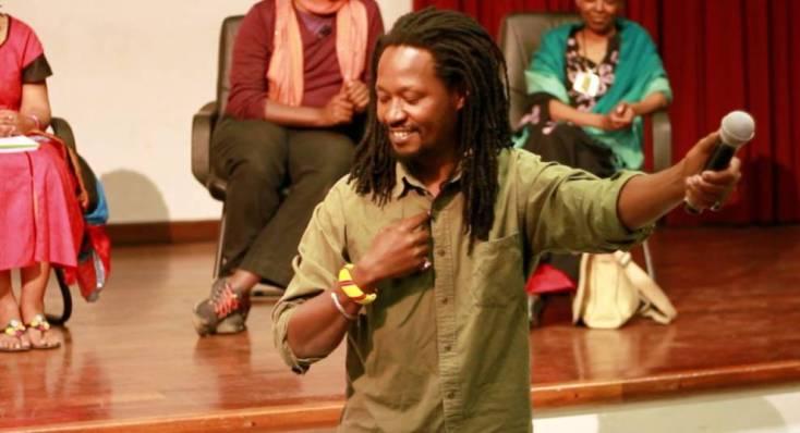 Activista keniano, Ngungi Githuru, interpretando una canción en swahili.