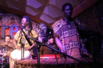 El burkinabés Drissa Diarrá, uno de los arreglistas del disco, al balafón, junto al percusionista senegalés Seydou Adama Traoré. Foto: C.B.E.