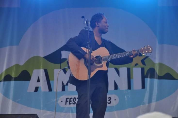 Lokua Kanza durante su actuación en el festival Amani / Foto: Patrick Garety