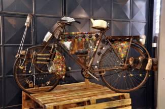 Bicicleta a partir de materiales reciclados, de Cyrus Kabiru. Foto cedida por la Kenia Art Fair.