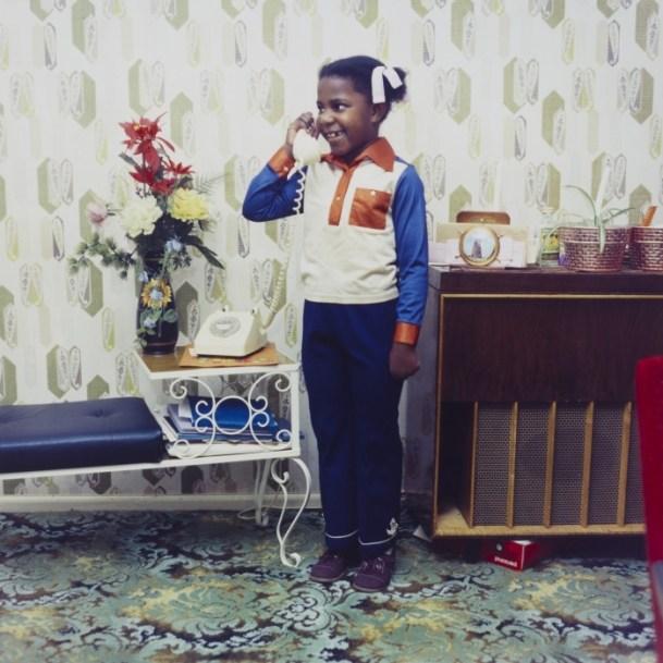 Neil Kenlock. Fotografió a la comunidad afrocaribeña en sus casas en Londres en 1970. En esta fotografía, una niña hablando con su família en Jamaica desde el sur de Londres.