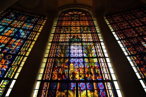 La basílica tiene la superficie de vidrio de color más grande del mundo albergando 36 enormes cristaleras. Se tardaron 18 meses en realizar los trabajos en Nanterre (Francia) de acuerdo a las técnicas tradicionales. Foto: Sebastián Ruiz