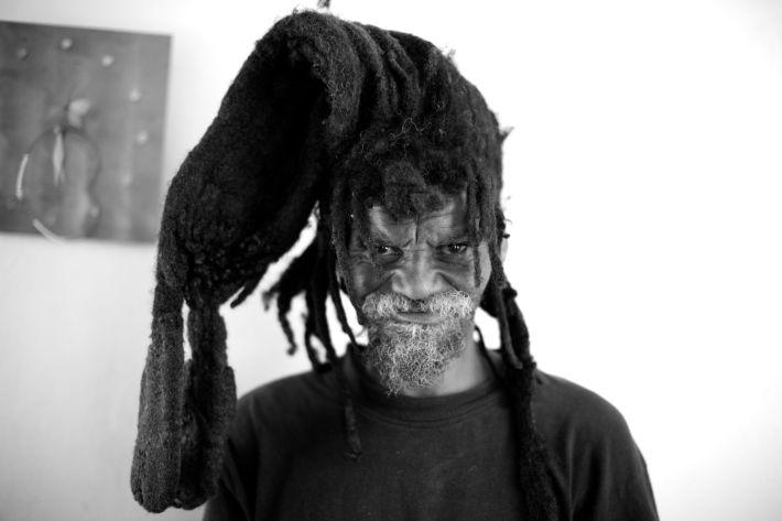"""Un rasta de Plettenberg Bay, en Sudáfrica. Las rastas simbolizan el pelo del León de Judá. En la Biblia, se dice: LEVITICO 21:5 """"No harán calva en su cabeza, ni raerán la punta de su barba, ni en su carne harán rasguños""""."""