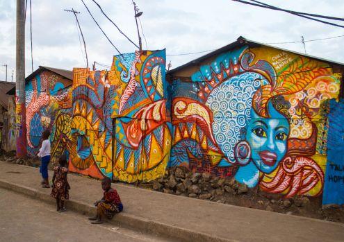 Paredes Parlantes, pintadas durante el Koch Festival 2015 en el barrio de Korogocho, Nairobi. Imagen de OLET, @visualxolet en Instagram.