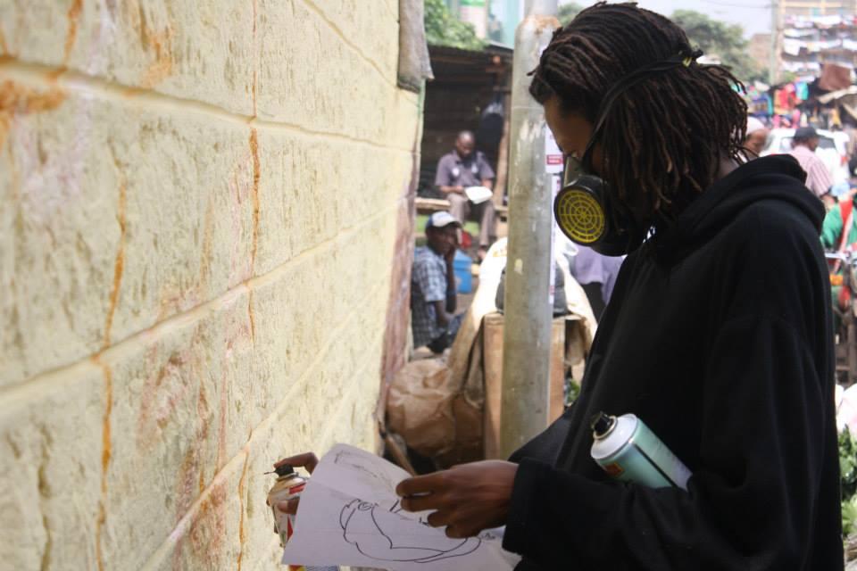 Kerosh, pintando uno de los murales de las Paredes Parlantes. Imagen de Hoperaisers.