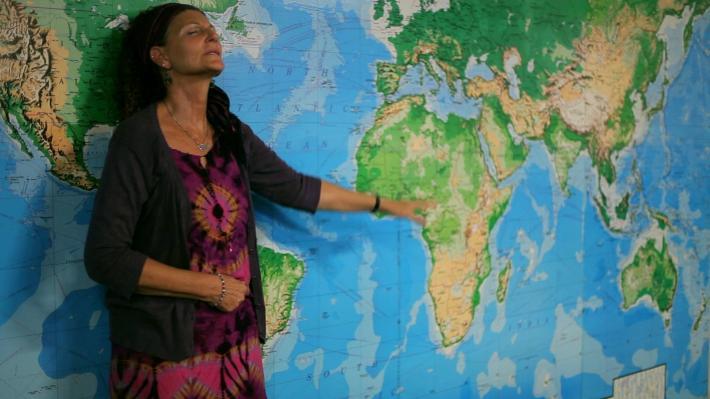 Imagen en Kansas City donde una feligresa de la iglesia International House of Prayer (IHOP) señala con el dedo Uganda antes de viajar hasta el país.