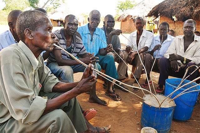 Un grupo de hombres mayores beben Ajono. Imagen del blog Cultural Safaris in Uganda.