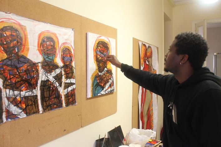 Sekajugo retoca una de sus pinturas. Foto: Carlos Bajo