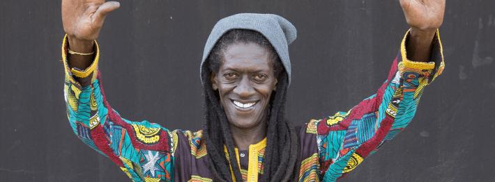 Cheikh Lô es considerado un embajador de la cultura Baye Fall proveniente de Senegal.