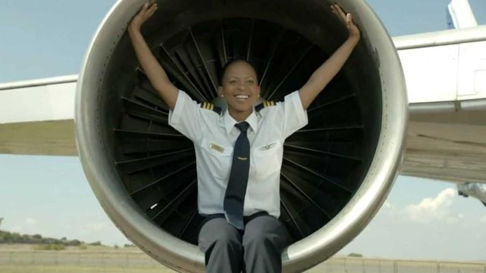Oyama Matomela, una joven sudafricano de 25 años es piloto y rompe con los estereotipos de género en Sudáfrica.
