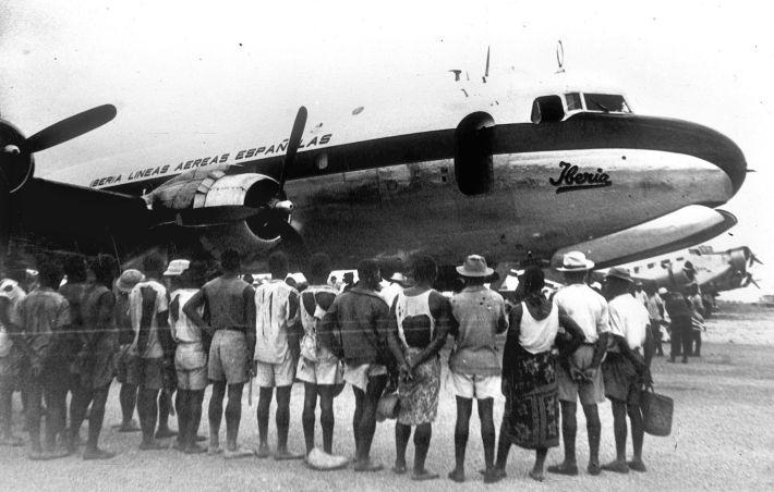 En junio de 1941, llegaba a, entonces, Guinea Española (hoy Guinea Ecuatorial) el primer vuelo de Iberia a Santa Isabel-Bata. Imagen de Iberia Airlines.
